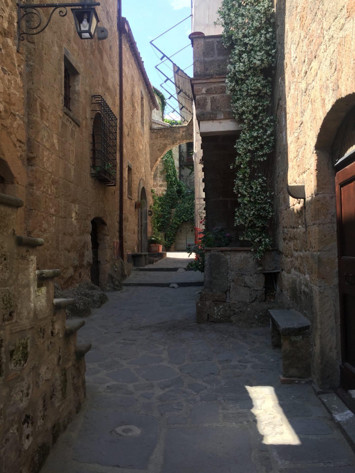 "<img src=""http://marenostrum.pl/wp-content/uploads//2019/09/Bagnoregio-2.jpeg"" alt=""ulica w Civita di Bagnoregio"" />"