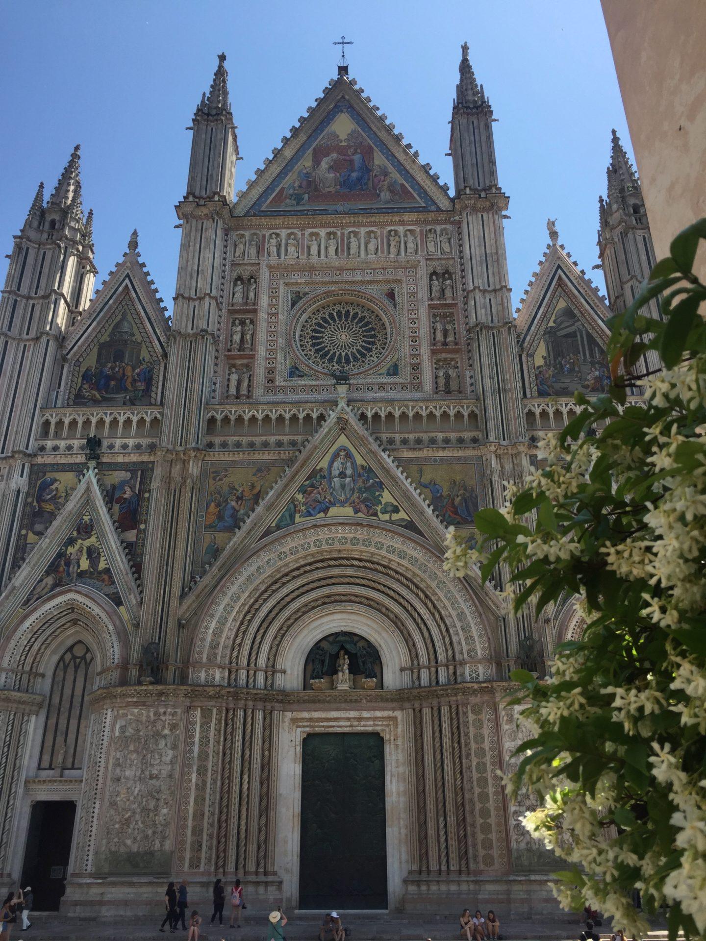 "<img src=""http://marenostrum.pl/wp-content/uploads//2019/10/Fasada-katedry-Orvieto.jpeg"" alt=""Fasada katedry w Orvieto"" />"