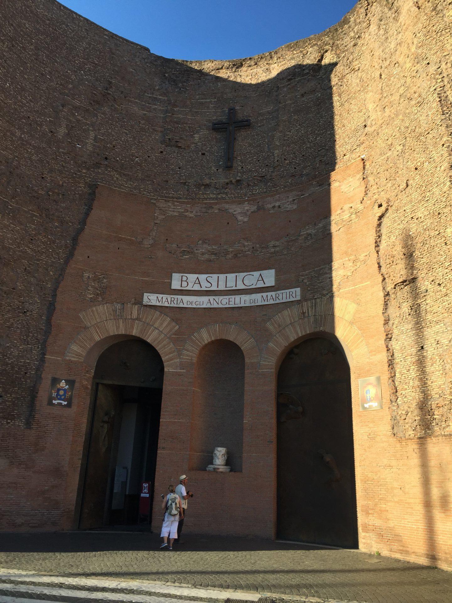 "<img src=""http://marenostrum.pl/wp-content/uploads//2019/11/Santa-Maria-degli-Angeli-et-Martiri.jpg"" alt=""Kościół Santa Maria degli Angeli et Martiri"" />"