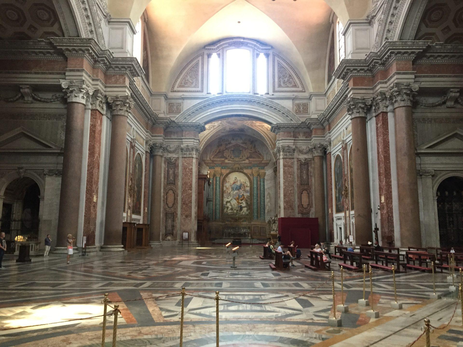 "<img src=""http://marenostrum.pl/wp-content/uploads//2019/11/degli-angeli-et-dei-martiri-2.jpeg"" alt=""wnętrze kościoła Santa Maria degli Angeli et Martiri"" />"
