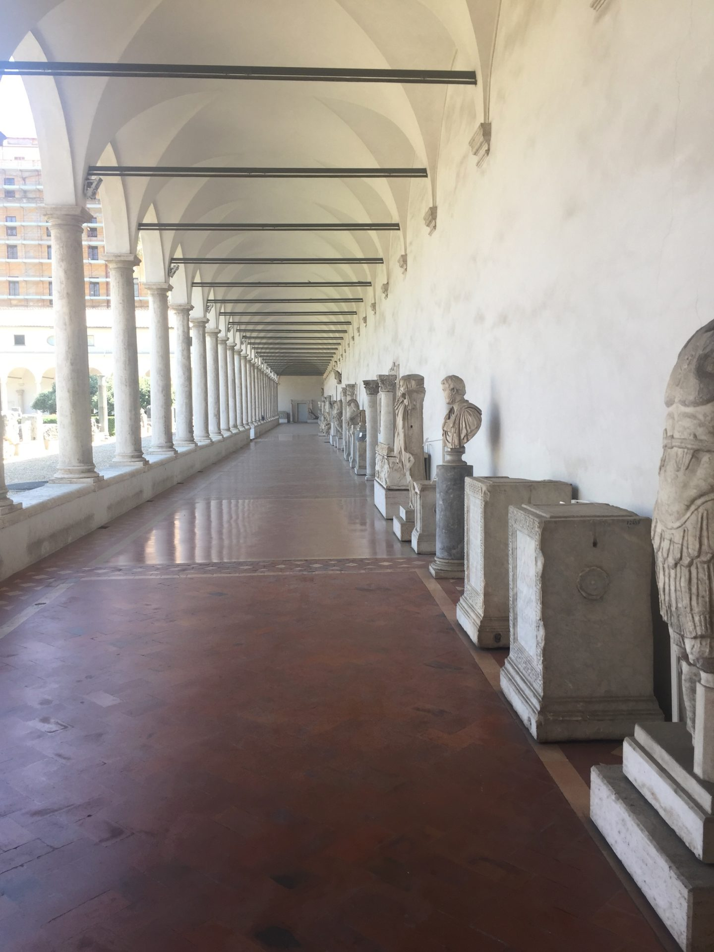 "<img src=""http://marenostrum.pl/wp-content/uploads//2019/11/krużganki-klasztoru-Kartuzów-w-termach-Dioklecjana.jpeg"" alt=""krużganki museo nazionale romano"" />"